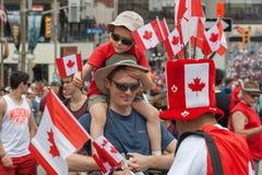 Pai e filho no dia de Canadá Foto de Stock