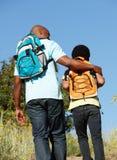 Pai e filho no hike do país Imagens de Stock