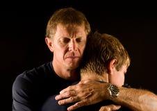 Pai e filho no hug emocional Fotografia de Stock