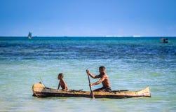 Pai e filho no mar Fotos de Stock Royalty Free