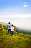 Pai e filho no monte do sinal imagens de stock royalty free