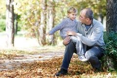 Pai e filho no parque Fotografia de Stock Royalty Free
