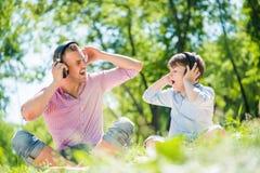 Pai e filho no parque Imagem de Stock Royalty Free