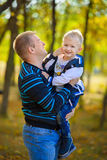 Pai e filho no parque do outono Imagens de Stock Royalty Free