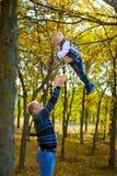 Pai e filho no parque do outono Fotografia de Stock