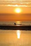 Pai e filho no por do sol Fotografia de Stock