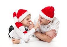 Pai e filho nos chapéus de Santa imagem de stock