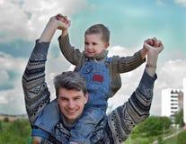 Pai e filho (nos ombros) Foto de Stock Royalty Free