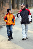 Pai e filho que andam no parque Fotos de Stock Royalty Free