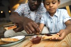 Pai e filho que comem brindes Imagens de Stock Royalty Free
