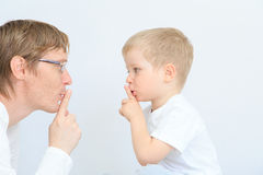Pai e filho que compartilham do segredo Imagem de Stock