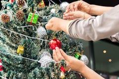 Pai e filho que decoram a árvore de Natal fotografia de stock
