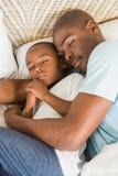 Pai e filho que dormem junto Imagens de Stock Royalty Free