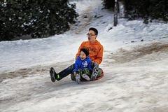 Pai e filho que esquiam junto fora Imagem de Stock