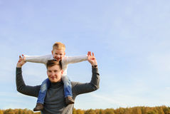 Pai e filho que jogam ao ar livre Imagens de Stock Royalty Free