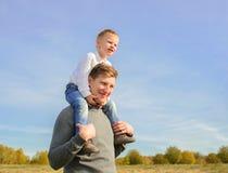 Pai e filho que jogam ao ar livre Foto de Stock