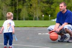 Pai e filho que jogam com esfera Fotos de Stock Royalty Free
