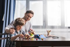 Pai e filho que jogam com modelo dos átomos Imagem de Stock
