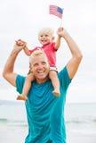 Pai e filho que jogam na praia Imagem de Stock