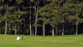 Pai e filho que jogam no parque filme