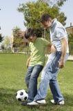 Pai e filho que jogam o futebol Fotos de Stock Royalty Free