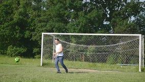 Pai e filho que jogam o futebol no futebol no tempo do dia video estoque