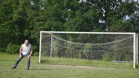 Pai e filho que jogam o futebol no futebol no tempo do dia vídeos de arquivo