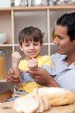 Pai e filho que jogam o pão da estaca Imagens de Stock