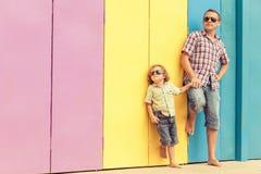 Pai e filho que jogam perto da casa no tempo do dia Fotografia de Stock Royalty Free