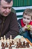 Pai e filho que jogam a xadrez Imagens de Stock