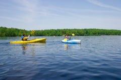 Pai e filho que kayaking Imagens de Stock Royalty Free