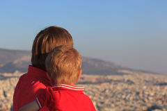 Pai e filho que olham Atenas, Grécia Fotos de Stock Royalty Free