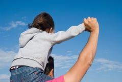 Pai e filho que olham o horizonte Imagem de Stock