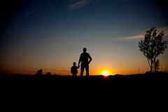 Pai e filho que procuram o futuro, conceito da silhueta Foto de Stock
