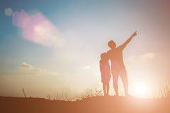Pai e filho que procuram o futuro, conceito da silhueta Imagem de Stock