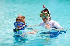 Pai e filho que snorkeling Imagens de Stock