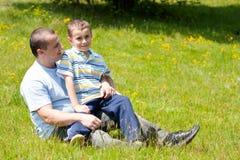 Pai e filho que têm o bom tempo junto Fotografia de Stock