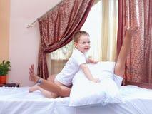 Pai e filho que têm o divertimento em casa, luta de descanso foto de stock