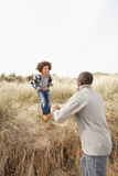 Pai e filho que têm o divertimento em dunas de areia Imagens de Stock Royalty Free