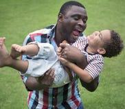 Pai e filho que têm o divertimento junto fotos de stock