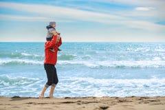 Pai e filho que têm o divertimento na praia tropical Fotografia de Stock