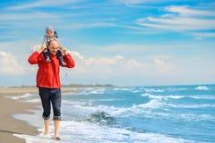 Pai e filho que têm o divertimento na praia tropical Fotografia de Stock Royalty Free