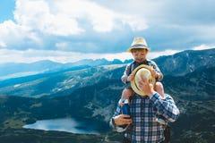 Pai e filho que viajam em montanhas Bulgária de Rila Fotografia de Stock Royalty Free