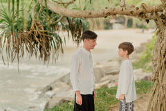 Pai e filho sob uma árvore nas calças indianas Fotografia de Stock