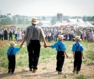 Pai e filhos Amish imagens de stock royalty free