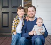 Pai e filhos da raça misturada em Front Porch fotografia de stock royalty free