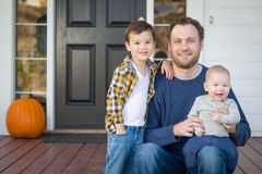 Pai e filhos da raça misturada em Front Porch imagens de stock royalty free