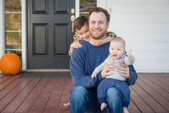 Pai e filhos da raça misturada em Front Porch fotografia de stock