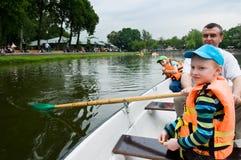 Pai e filhos no barco foto de stock royalty free