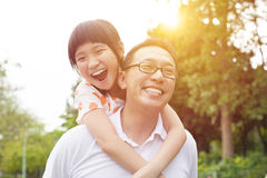 Pai e menina felizes fotografia de stock royalty free